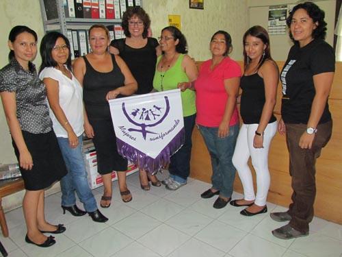 Monserrat Arévalo, cuarta a la izquierda, junto a las obreras y profesionales que mantuvieron la lucha hasta lograr que la organización Mujeres Transformando, se convirtiera en un referente de las campesinas en santo tomás y otros lugares del país.