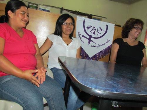 Lucy, primera a la izquierda, participa activamente con MT, como promotora de derechos laborales y humanos.