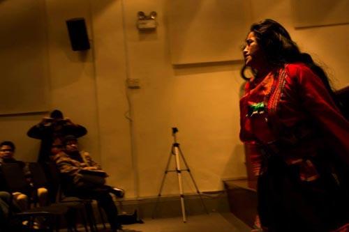 La poeta indígena peruana y corresponsal de Equilirium, en plena recitación.