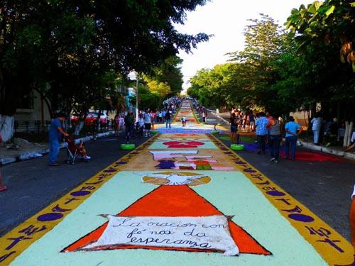 Vecinos de colonia guatemala elaboran una de las m s for Mas alfombrar