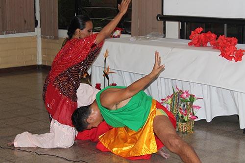 Danza Indú protagonizada por miembros de Brahma Kumaris.