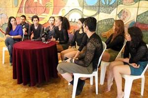 El elenco acompañado de su directora, Karol Marenco.