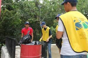 Jornada de limpieza en la que participan jóvenes.