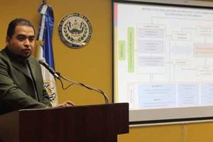 Alejandro López, experto en enfermedades renales, explica el manual.