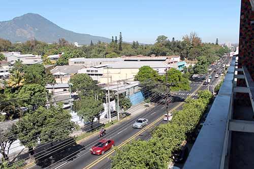 Al costa nortes se aprecia la 25 avenida y al fondo el Volcán de San Salvador.