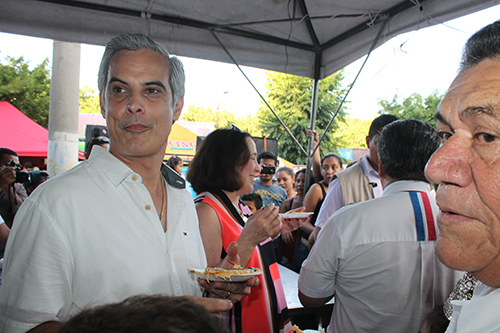 Mauricio Interiano se apresta a probar el manjar.