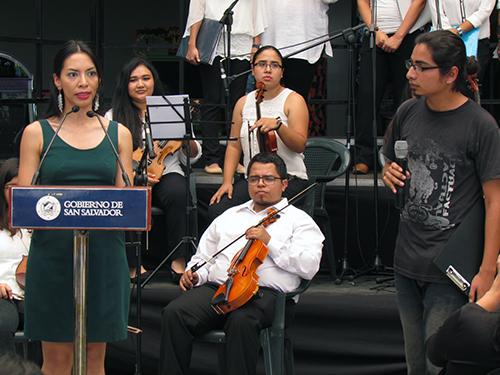 Carlos Ruis traduce al Náhuat el discurso de Suesy Callejas, Secretaria de Cultura de San Salvador.