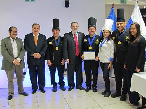 Autoridades de Turismo y Presidente de APAC, acompañan a equipo ganador.