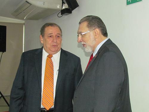 Fausto Vergara (izquierda) Presidente de APAC y Napoleón Duarte, Ministro de Turismo.