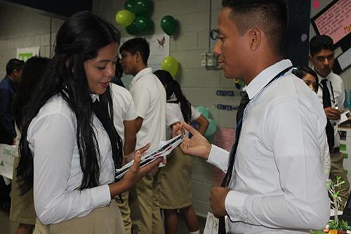 Estudiantes deliberan, previo a la defensa de su proyecto en la USAM.