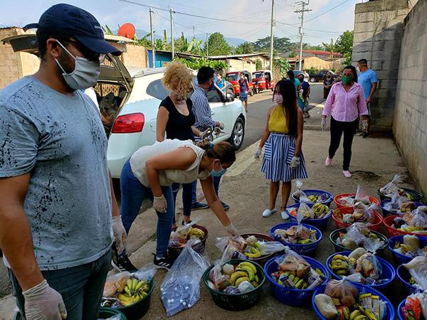 El grupo voluntario liderado por René Doratt, prepara canastas alimenticias.