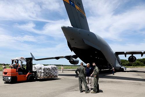 Avión trae los kits de higiene y alimentos enviados por EUA a El Salvador.