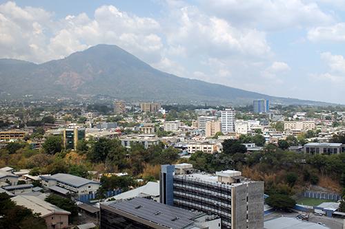 Vista panorámica de San Salvador. Hoy se reabre la actividad económica.