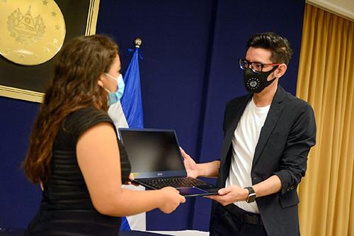 Fabrizio Mena, Subsecretario de Innovación, entrega a Alison Ramos la computadora de parte del gobierno.