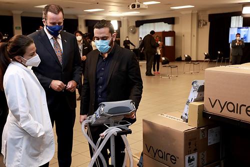 Ministro de Salud, Francisco Alabí, observa el lote de ventiladores donados por Estados Unidos.
