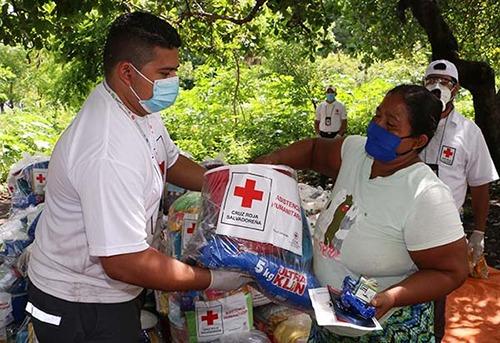 Cruz Roja Salvadoreña entrega paquetes de alimentos, higiene personal a familias afectadas