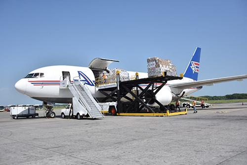 EUA entrega a El Salvador 189 ventiladores recuperados por el FBI.