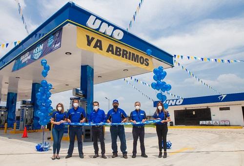 Ejecutivos de UNO El Salvador inauguran la estación 97.