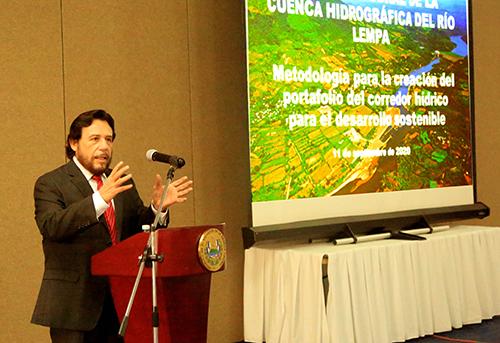 Vicepresidente Félix Ulloa, interviene durante taller por la recuperación del río Lempa.