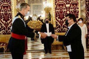 MAuricio Peñate entrega las credenciales al rey de España