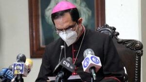 Arzobispo dando declaraciones